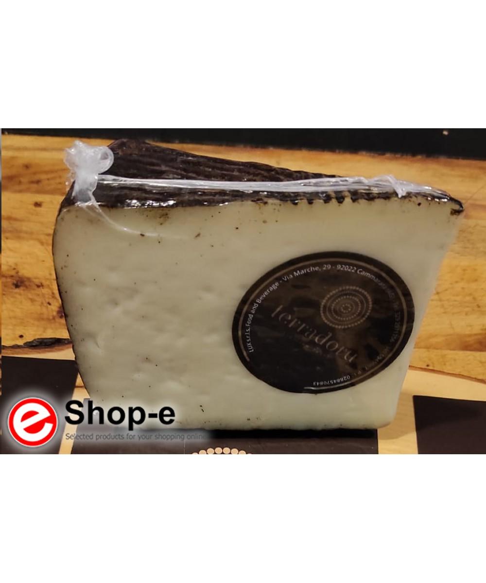 Semi-seasoned peppery cheese in a 1 kg crust