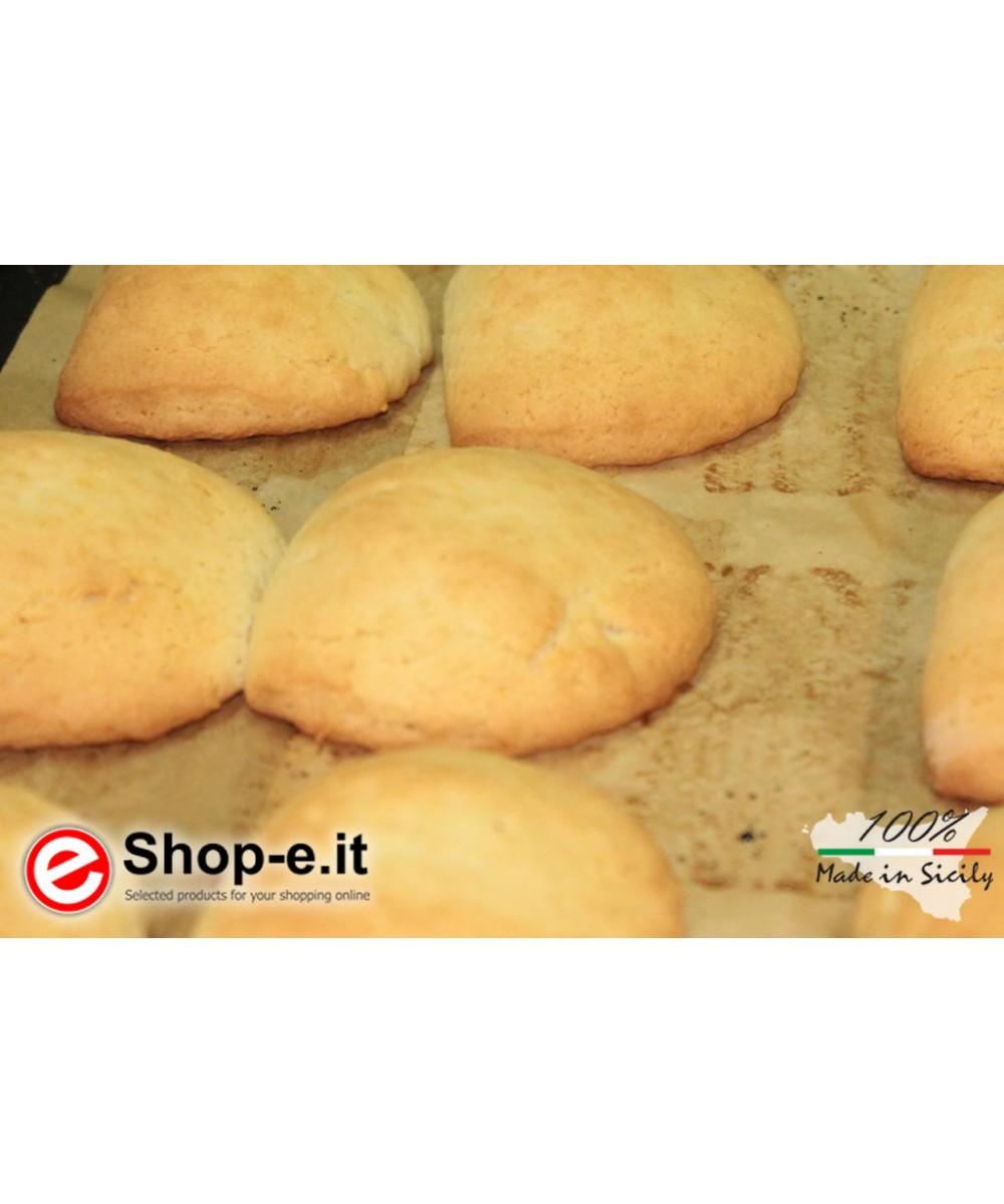 Buccellati mit sizilianischen Mandeln mit Zuckerguss und Pistazienkorn