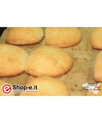 Buccellati mit sizilianischen Mandeln mit Zucker und Zimt überzogen