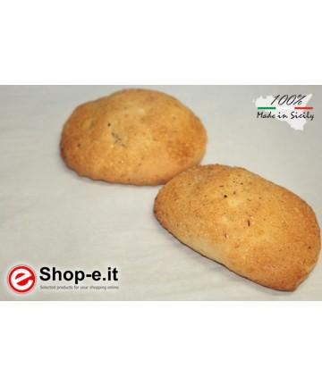 Buccellati di mandorle siciliane ricoperti con zucchero e cannella